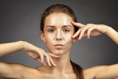 Dziewczyna z shinny skórę fotografia royalty free