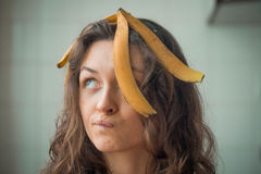 Dziewczyna z skórą banan na jego głowie Obraz Royalty Free