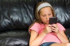 Dziewczyna z smartphone Obrazy Royalty Free