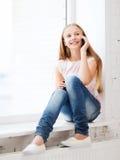 Dziewczyna z smartphone przy szkołą Zdjęcie Royalty Free