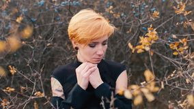 Dziewczyna z smutnym marznięciem outside i osoba patrzeje kamerę, pojęcie: smucenie, żal, depresja, zimno zbiory wideo