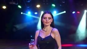 Dziewczyna z szampanem w ręka tanu przy przyjęciem zdjęcie wideo