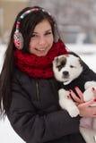 Dziewczyna z szczeniakiem w zimie Obrazy Stock