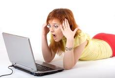 Dziewczyna z szokującym wyrażeniem na laptopie Zdjęcie Stock