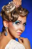 Dziewczyna z sztuką, biżuterią, włosy i tiarą twarzy, Zdjęcia Royalty Free