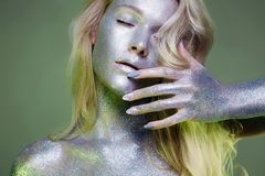 Dziewczyna z sztuka makijażem w zielonym świetle Zdjęcia Royalty Free