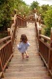 Dziewczyna z tatą dalej iść na drewnianej drabinie w tropikalnych górach zdjęcie stock