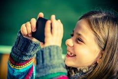 Dziewczyna z telefon komórkowy Zdjęcia Royalty Free