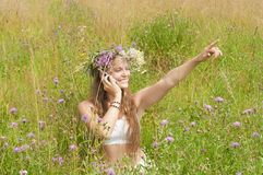 Dziewczyna z telefonem w polu zdjęcia royalty free