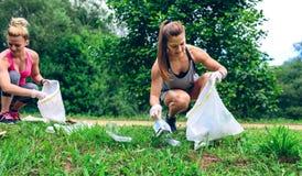 Dziewczyna z torba na śmiecie robi plogging Zdjęcia Stock