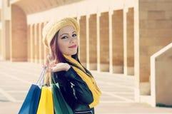 Dziewczyna z torba na zakupy filtrem stosował instagram styl i flar Obrazy Stock