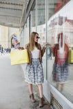 Dziewczyna z torba na zakupy w miasteczku zdjęcia royalty free