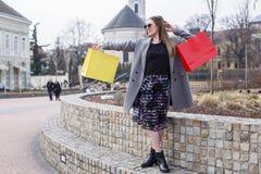 Dziewczyna z torba na zakupy w miasteczku zdjęcie royalty free