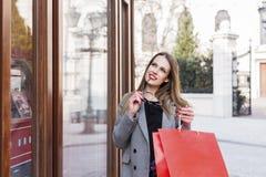 Dziewczyna z torba na zakupy w miasteczku zdjęcia stock