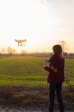 Dziewczyna z trutnia lataniem przy zmierzchem fotografia royalty free