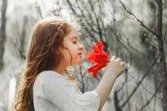 Dziewczyna z tulipanowym kwiatem, fotografia w profilu fotografia stock