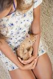Dziewczyna z ulubioną figlarką Fotografia Stock
