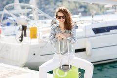 Dziewczyna z walizką na molu blisko jachtu Obraz Royalty Free
