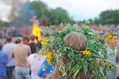 Dziewczyna z wiankiem od kwiatów na głowie Zdjęcia Stock