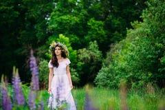 Dziewczyna z wiankiem wildflowers na ona kierownicza zdjęcie royalty free