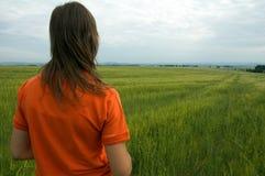 dziewczyna z widokiem na dolinę w terenie Obrazy Royalty Free