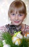 Dziewczyna z Wielkanocnymi dekoracjami i szynszylą Fotografia Stock