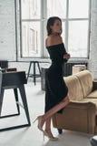 Dziewczyna z wielkim stylem Pełna długość atrakcyjna młoda kobieta ja Zdjęcie Royalty Free
