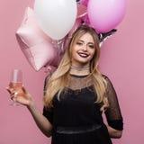 Dziewczyna z wineglass i balonów pozować Zdjęcie Stock