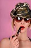 Dziewczyna z wojsko drymbą i kapeluszem Zdjęcia Royalty Free