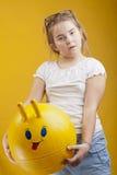 Dziewczyna z zabawkarską twarzy piłką Obraz Royalty Free