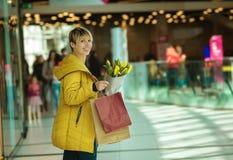 Dziewczyna z zakupami Kobieta z pakunkami od sklepu Fotografia Stock