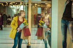 Dziewczyna z zakupami Kobieta z pakunkami od sklepu Obraz Royalty Free