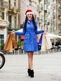 Dziewczyna z zakupami podczas Bożenarodzeniowych sprzedaży Zdjęcia Royalty Free
