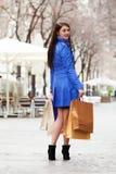 Dziewczyna z zakupami przy ulicą Zdjęcia Stock