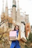 Dziewczyna z zakupami przy ulicą w Barcelona Obrazy Stock