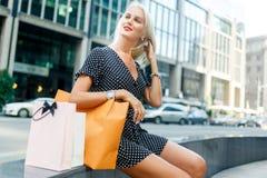 Dziewczyna z zakupami w sukni Obraz Stock