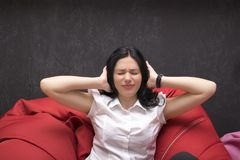 Dziewczyna z zamkniętymi ucho i oczami obrazy royalty free