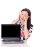 Dziewczyna z zdziwionym wyrażeniem na laptopie. Obraz Royalty Free