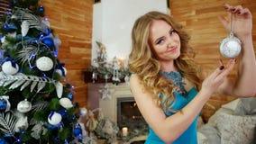 Dziewczyna z zegarem w ręka portrecie festively ubierająca młoda kobieta z rocznika clockwork, zima wakacje, boże narodzenia zbiory wideo