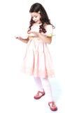 Dziewczyna z zmroku długim kędzierzawym włosy i menchią zdjęcie royalty free
