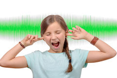 Dziewczyna zakrywa jego ucho, rozsądna fala na tle Obrazy Stock