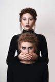 Dziewczyna zakrywa jej siostry usta Zdjęcie Royalty Free
