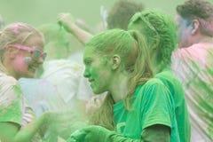 Dziewczyna zakrywająca z zielonego koloru proszkiem Obrazy Royalty Free