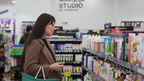 Dziewczyna zakupy w dziale osobista higiena zdjęcie wideo