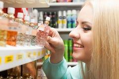 Dziewczyna zakupy w sklepie Zdjęcia Stock