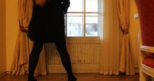 Dziewczyna zamyka szklanego drzwi balkon zdjęcie wideo