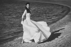 Dziewczyna Zasilająca Zagadnienie twarzy dziewczyny Dziewczyny odprowadzenie w białej ślubnej sukni zdjęcia royalty free
