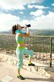 Dziewczyna zatrzymująca pić wodę od termosu Zdjęcie Royalty Free
