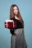 Dziewczyna zawodzący prezent. Obraz Stock