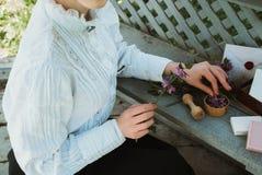Dziewczyna zbiera ziele dla naturalnych kosmetyków obrazy stock